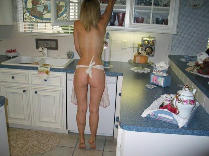 【裸エプロンエロ画像】人妻の特権です!素敵な裸エプロンで男を料理で血祭りに? 25