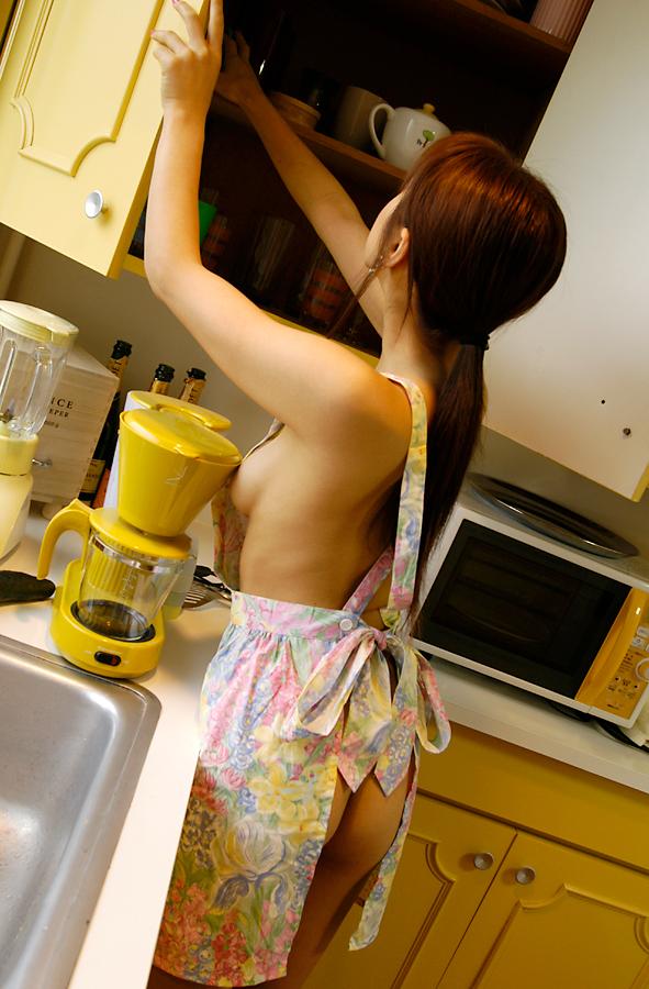 【裸エプロンエロ画像】人妻の特権です!素敵な裸エプロンで男を料理で血祭りに? 27