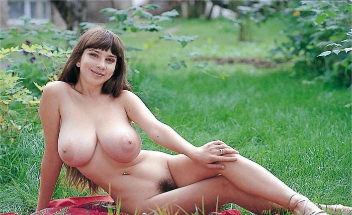【外人爆乳エロ画像】金髪の女性の爆乳は、オチンチンを挟むために適しているってか! 04