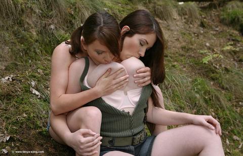 【自吸おっぱいエロ画像】大きい胸を持ち上げてしゃぶる女の子の仕草ってエロいよw 16