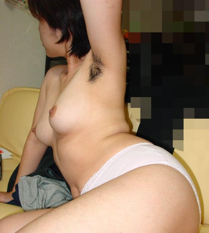 【脇毛エロ画像】女性の脇から見える毛ってなんでエロい気分にさせるのか! 08