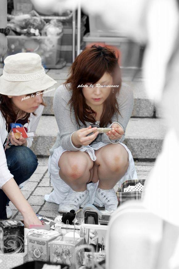 【うんこ座りエロ画像】女の子が思い切りのうんこ座りでスカートからパンツがバッチリ! 01