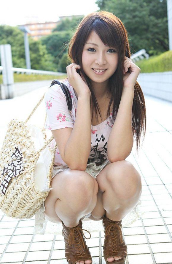 【うんこ座りエロ画像】女の子が思い切りのうんこ座りでスカートからパンツがバッチリ! 04