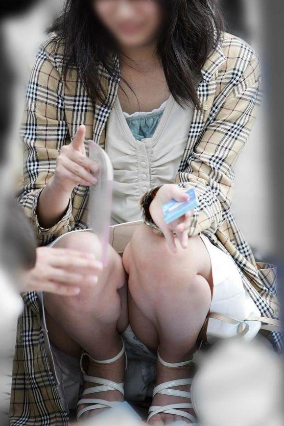 【うんこ座りエロ画像】女の子が思い切りのうんこ座りでスカートからパンツがバッチリ! 09