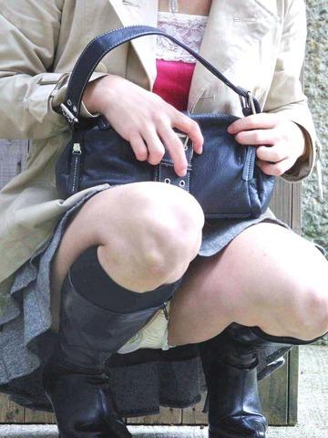【うんこ座りエロ画像】女の子が思い切りのうんこ座りでスカートからパンツがバッチリ! 18