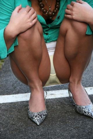 【うんこ座りエロ画像】女の子が思い切りのうんこ座りでスカートからパンツがバッチリ! 19
