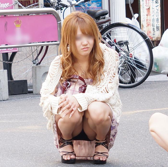 【うんこ座りエロ画像】女の子が思い切りのうんこ座りでスカートからパンツがバッチリ! 22