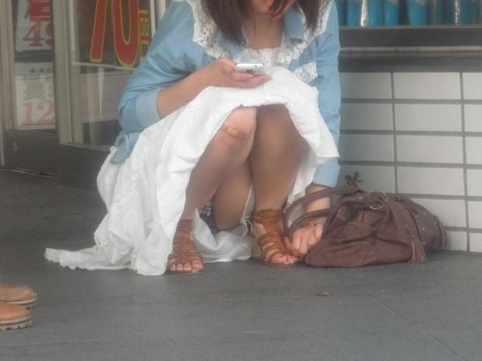 【うんこ座りエロ画像】女の子が思い切りのうんこ座りでスカートからパンツがバッチリ! 23