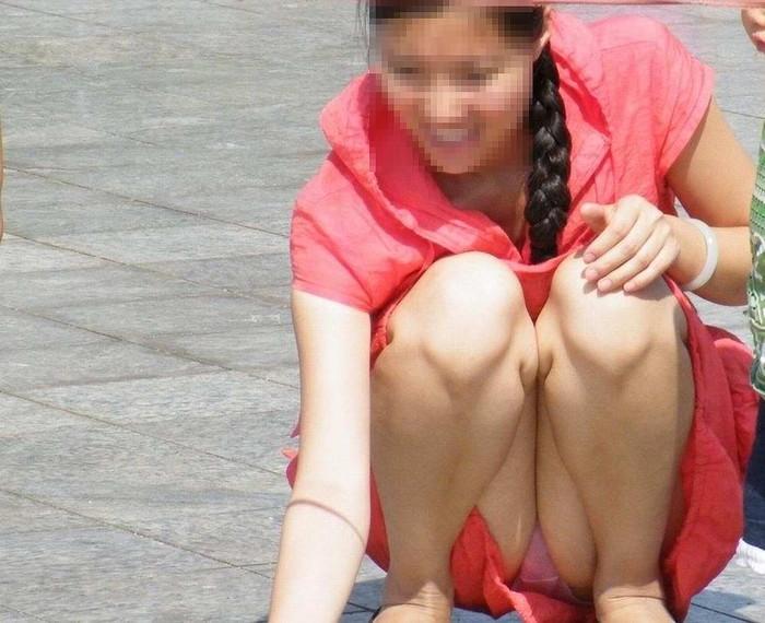 【うんこ座りエロ画像】女の子が思い切りのうんこ座りでスカートからパンツがバッチリ! 24