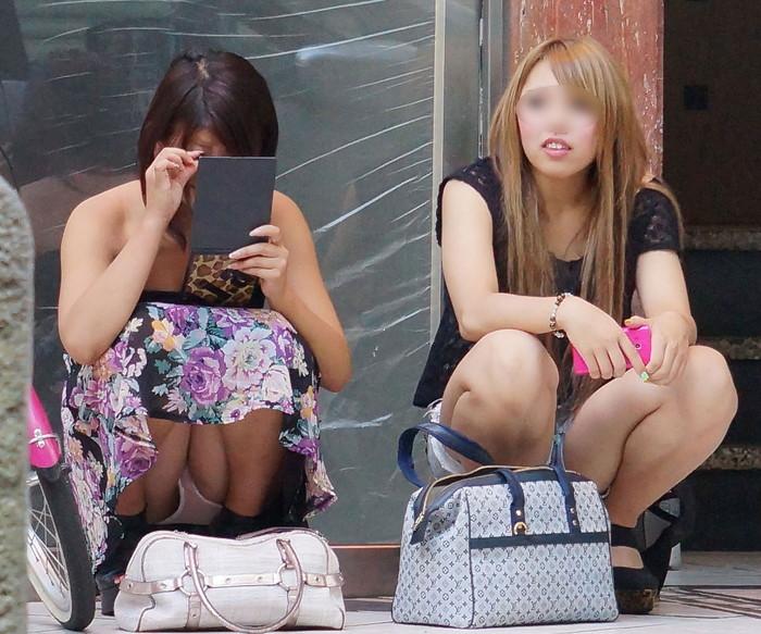 【うんこ座りエロ画像】女の子が思い切りのうんこ座りでスカートからパンツがバッチリ! 26