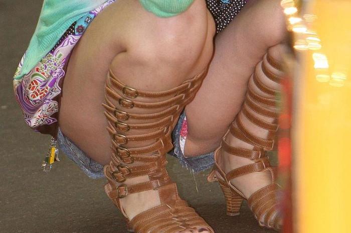 【うんこ座りエロ画像】女の子が思い切りのうんこ座りでスカートからパンツがバッチリ! 28