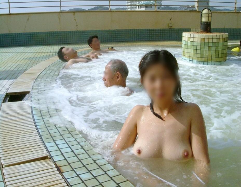 【露天風呂エロ画像】開放感あふれる露天風呂では、人目も気にせずエロいアソコも大開脚!