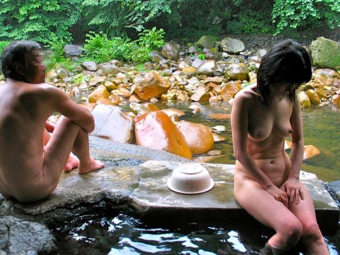 【露天風呂エロ画像】開放感あふれる露天風呂では、人目も気にせずエロいアソコも大開脚! 04