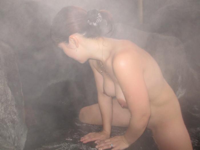 【露天風呂エロ画像】開放感あふれる露天風呂では、人目も気にせずエロいアソコも大開脚! 05