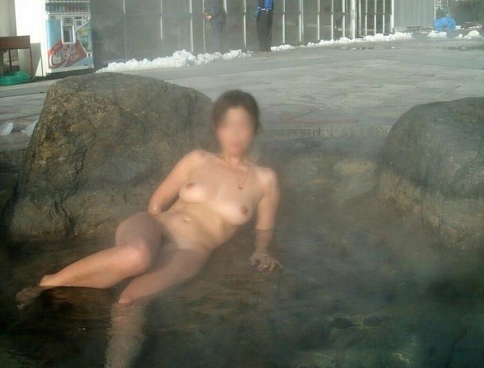 【露天風呂エロ画像】開放感あふれる露天風呂では、人目も気にせずエロいアソコも大開脚! 08