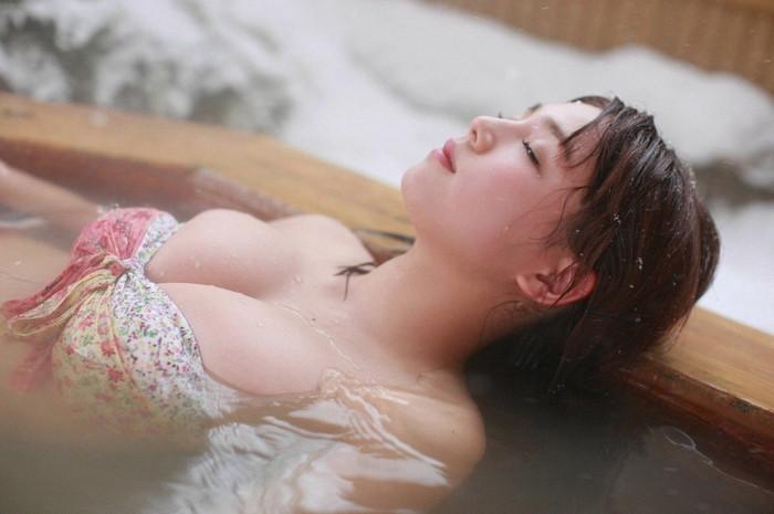【露天風呂エロ画像】開放感あふれる露天風呂では、人目も気にせずエロいアソコも大開脚! 09
