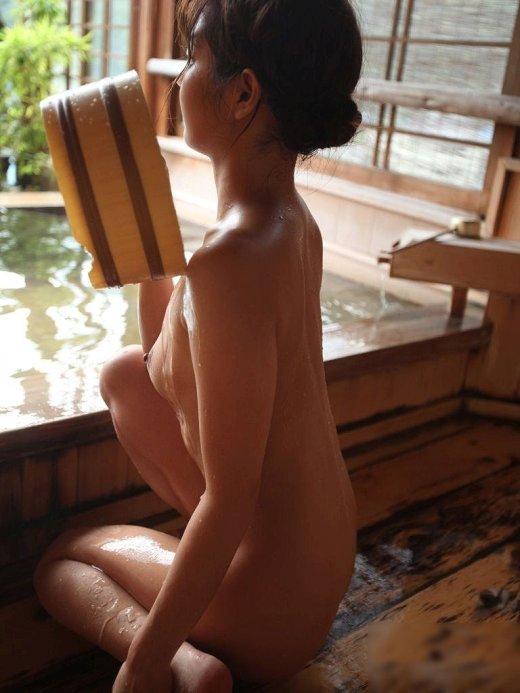 【露天風呂エロ画像】開放感あふれる露天風呂では、人目も気にせずエロいアソコも大開脚! 13
