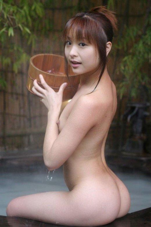 【露天風呂エロ画像】開放感あふれる露天風呂では、人目も気にせずエロいアソコも大開脚! 14
