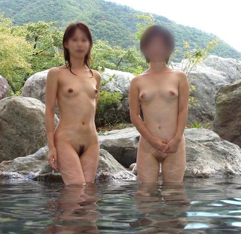 【露天風呂エロ画像】開放感あふれる露天風呂では、人目も気にせずエロいアソコも大開脚! 26