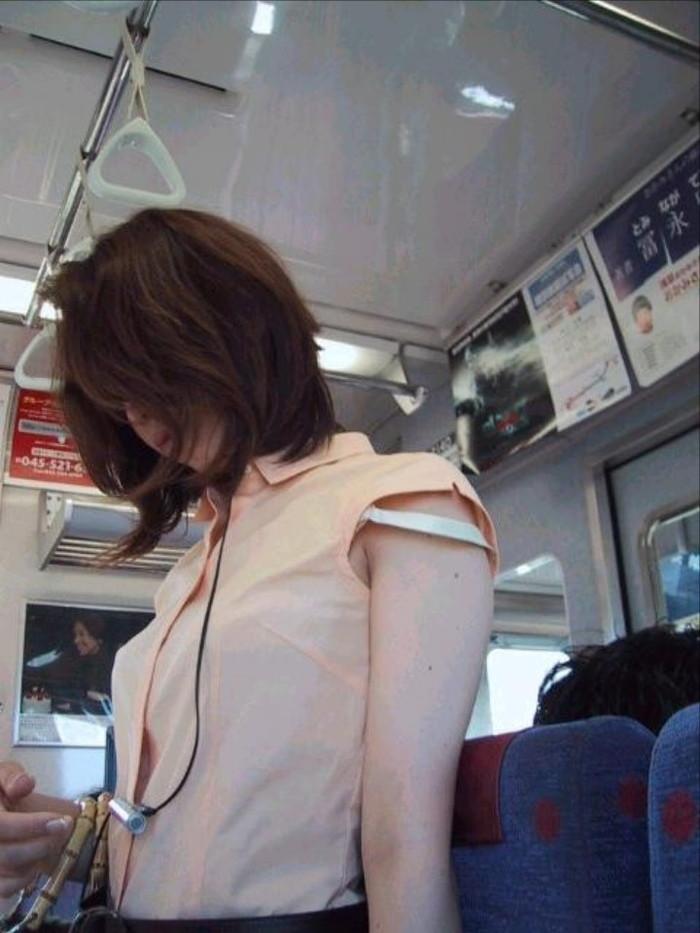 【ブラ紐エロ画像】街で歩いている女の子の露わになったブラ紐になぜか興奮! 06