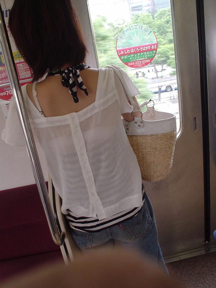 【ブラ紐エロ画像】街で歩いている女の子の露わになったブラ紐になぜか興奮! 08