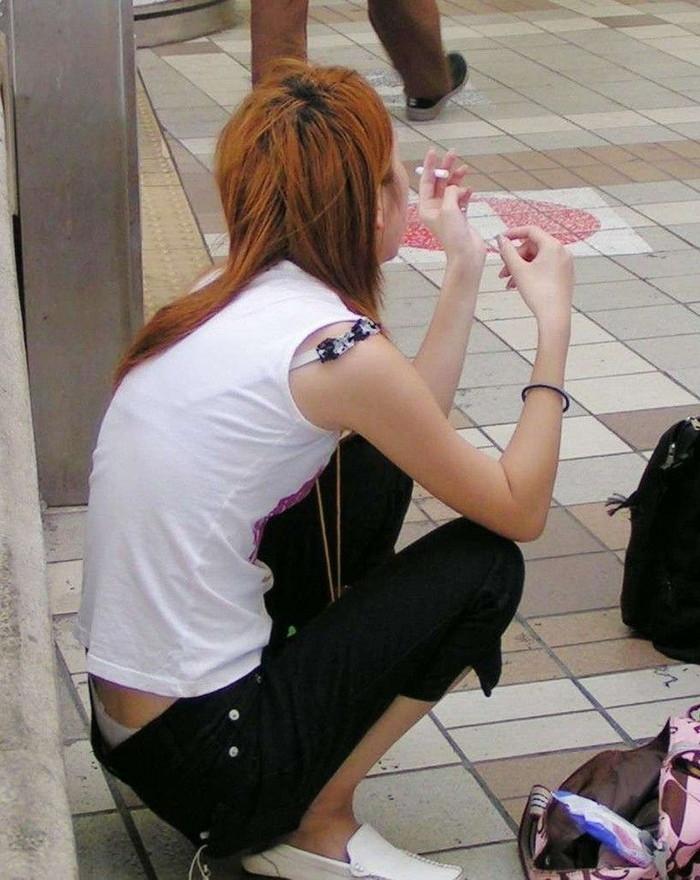 【ブラ紐エロ画像】街で歩いている女の子の露わになったブラ紐になぜか興奮! 09