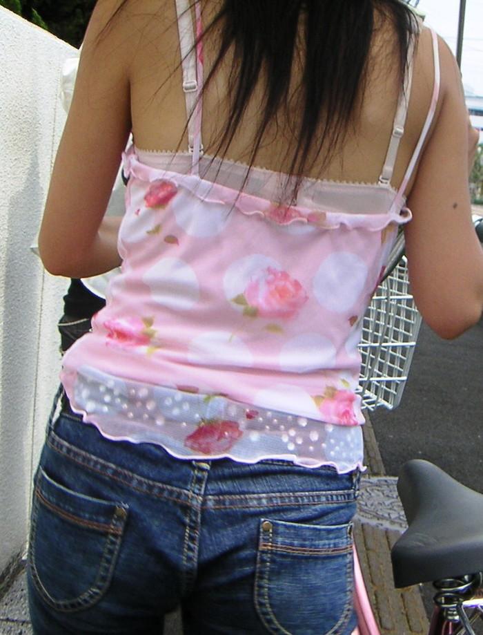 【ブラ紐エロ画像】街で歩いている女の子の露わになったブラ紐になぜか興奮! 11