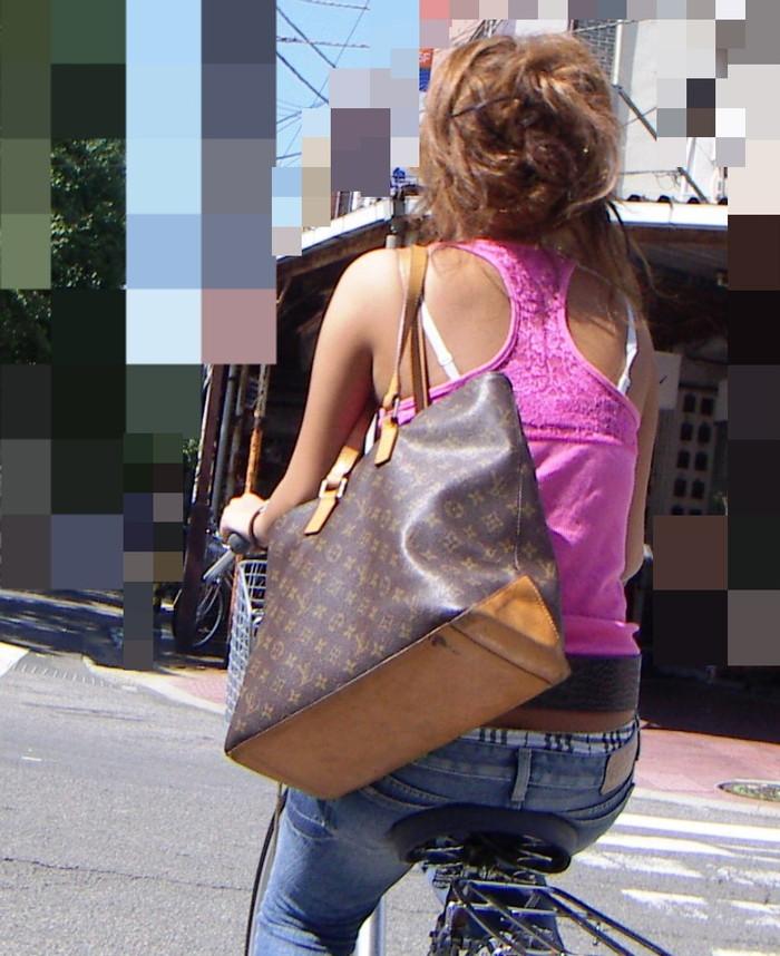 【ブラ紐エロ画像】街で歩いている女の子の露わになったブラ紐になぜか興奮! 14