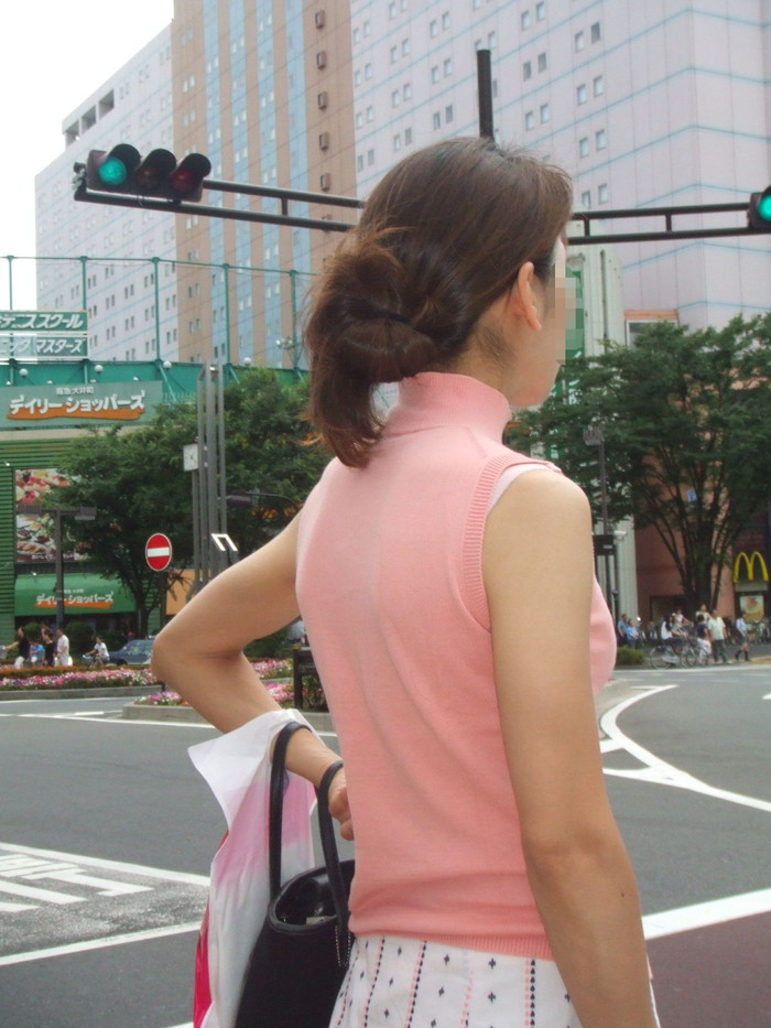 【ブラ紐エロ画像】街で歩いている女の子の露わになったブラ紐になぜか興奮! 16