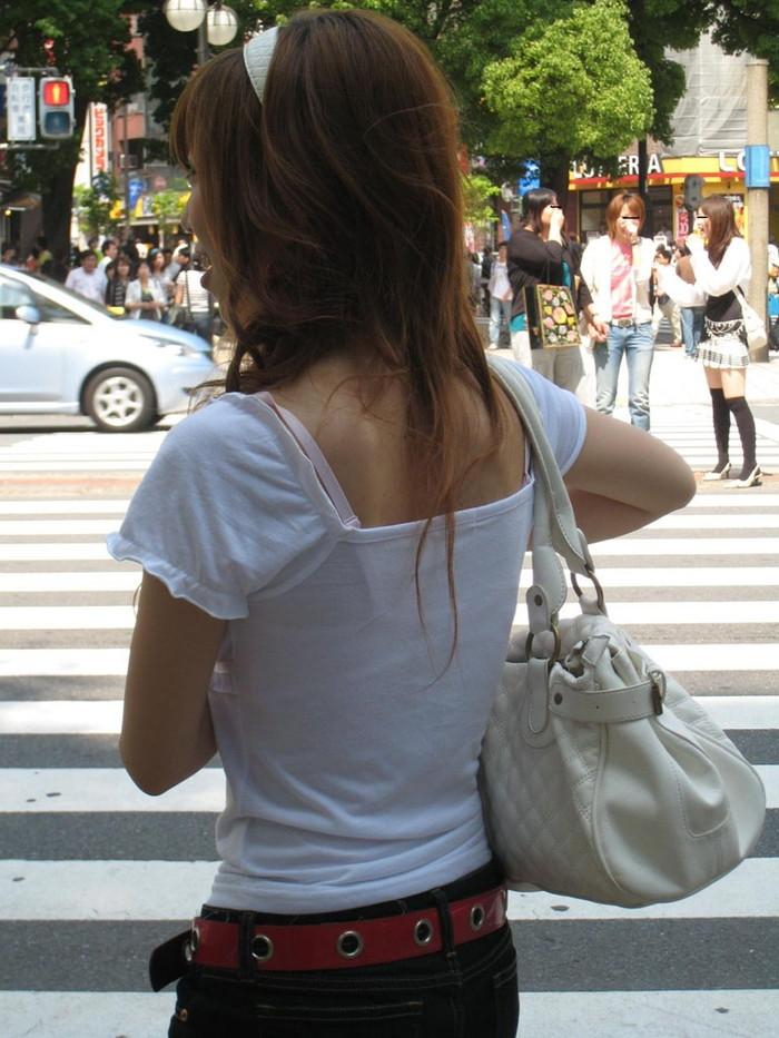 【ブラ紐エロ画像】街で歩いている女の子の露わになったブラ紐になぜか興奮! 17