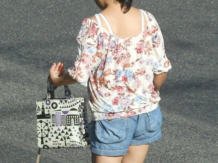 【ブラ紐エロ画像】街で歩いている女の子の露わになったブラ紐になぜか興奮! 24