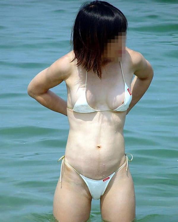 【ポロリエロ画像】海辺やプールサイドでおっぱいポロリのお宝画像! 09