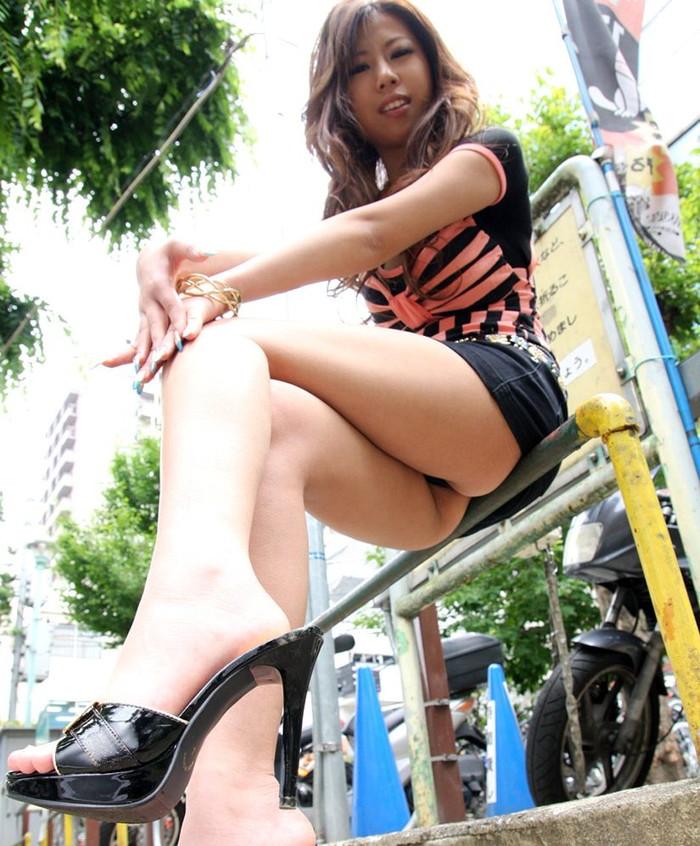 【足組みエロ画像】長くて綺麗なその足で、踏んで欲しいし、しごいて欲しい! 16