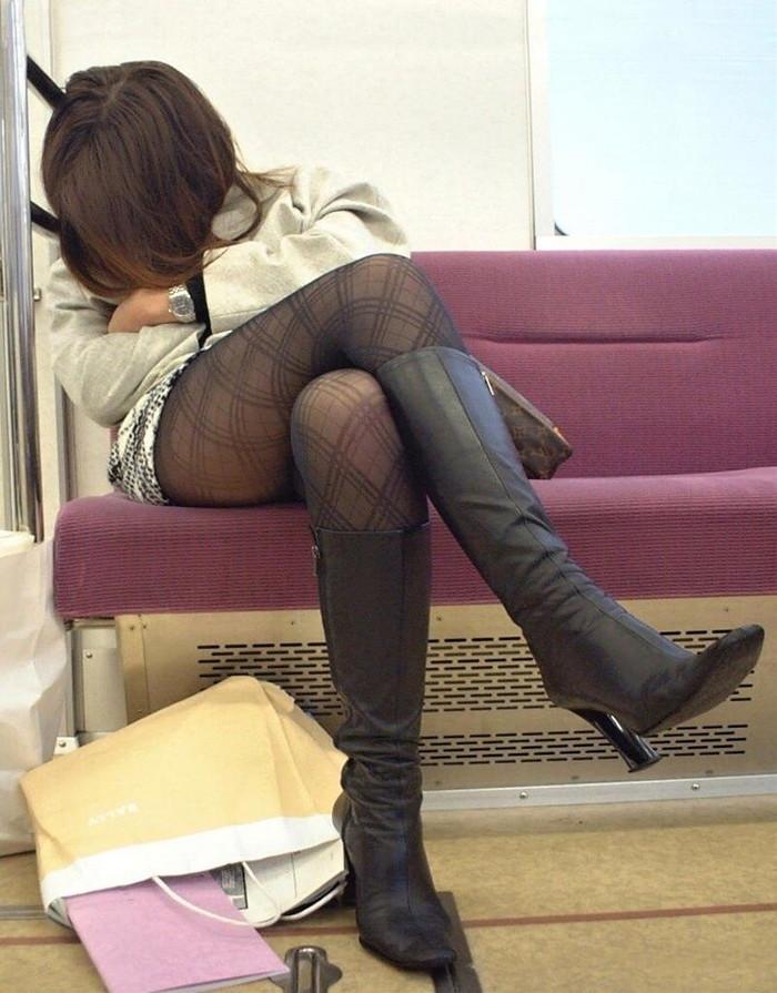 【足組みエロ画像】長くて綺麗なその足で、踏んで欲しいし、しごいて欲しい! 19