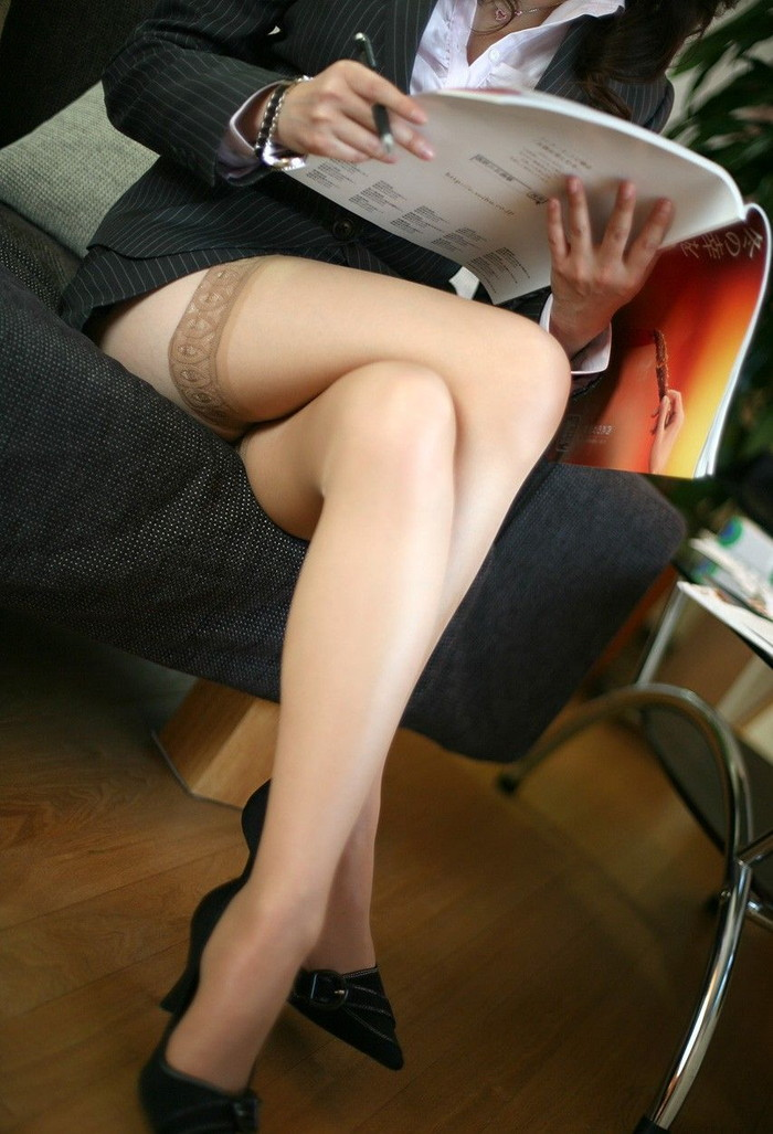 【足組みエロ画像】長くて綺麗なその足で、踏んで欲しいし、しごいて欲しい! 25