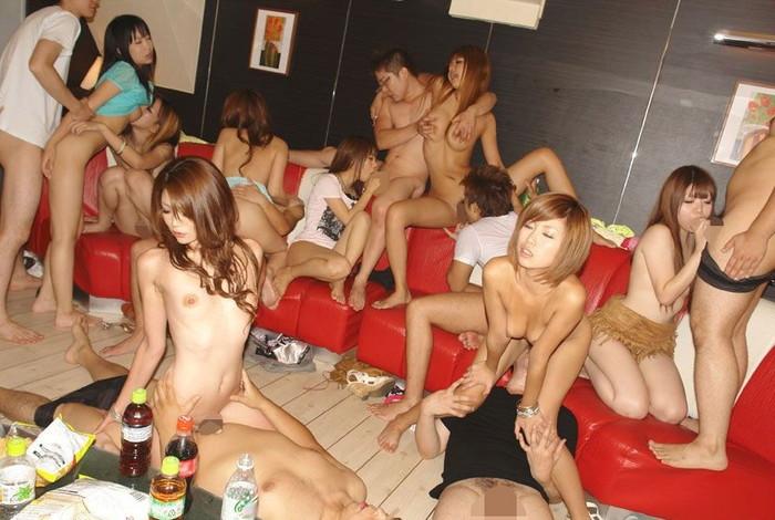 【乱交エロ画像】たくさんの男女が入り乱れて性欲を発散しあう! 30