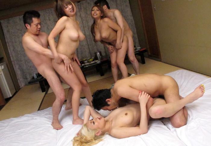 【乱交エロ画像】たくさんの男女が入り乱れて性欲を発散しあう! 33
