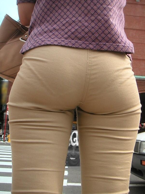 【着衣尻エロ画像】服の上から見るだけでも興奮する女性のたまらないお尻たち! 05