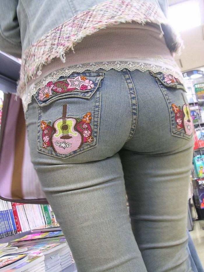 【着衣尻エロ画像】服の上から見るだけでも興奮する女性のたまらないお尻たち! 10