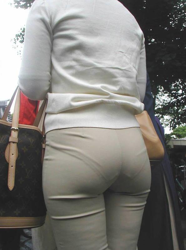 【着衣尻エロ画像】服の上から見るだけでも興奮する女性のたまらないお尻たち! 20