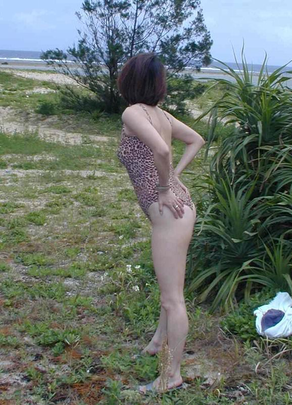 【水着熟女エロ画像】水着姿の、年季の入った身体つきでいつものエロさが倍増! 02