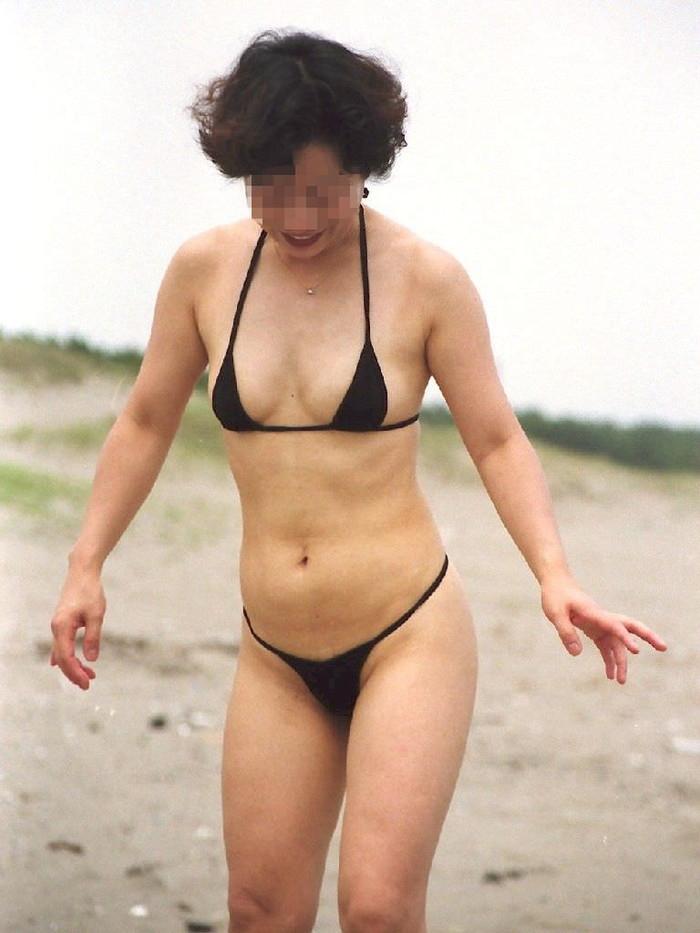 【水着熟女エロ画像】水着姿の、年季の入った身体つきでいつものエロさが倍増! 04