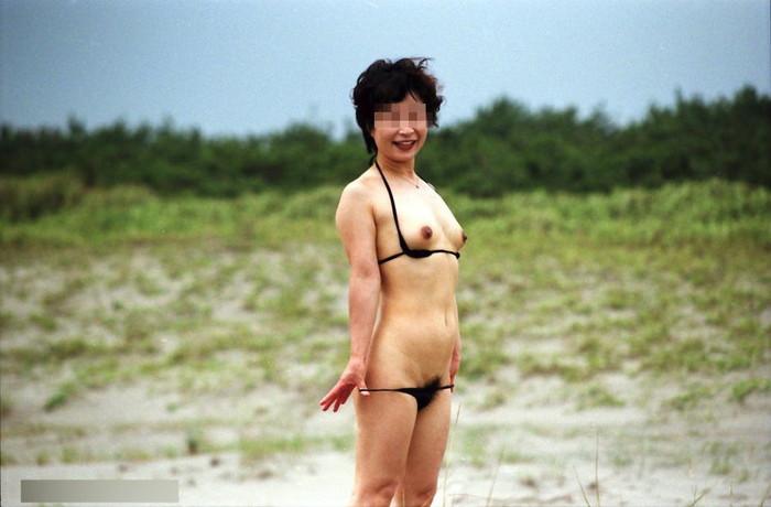 【水着熟女エロ画像】水着姿の、年季の入った身体つきでいつものエロさが倍増! 19