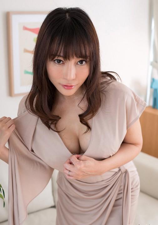 【誘惑ポーズエロ画像】すぐにもヤラせてくれそうな、いやらしいポーズで男を誘う女達 11