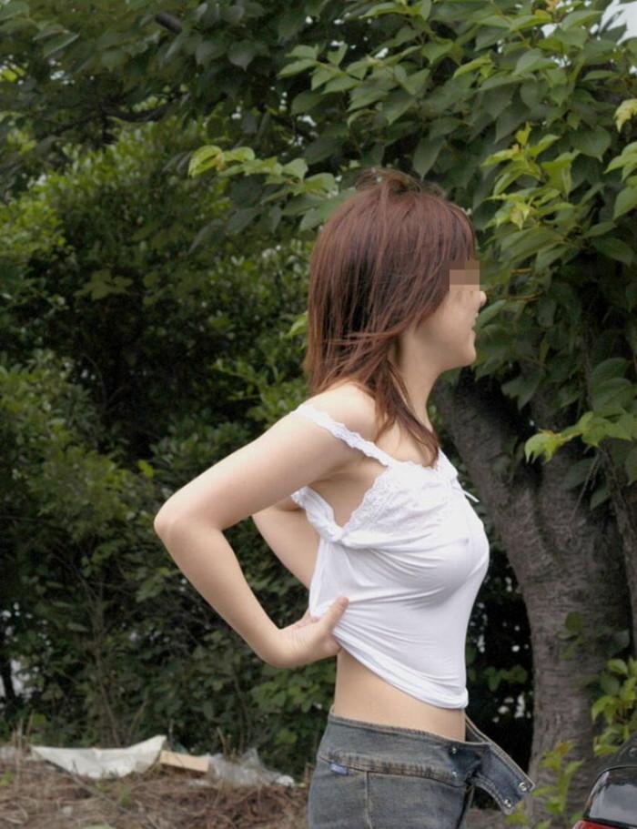 【タンクトップエロ画像】暑い季節になれば必ず多くなるエロいタンクトップ姿の女の子 16