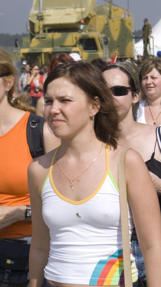 【外人胸ポチエロ画像】外国人は、胸ポチくらい気にしないで堂々と街を闊歩! 06