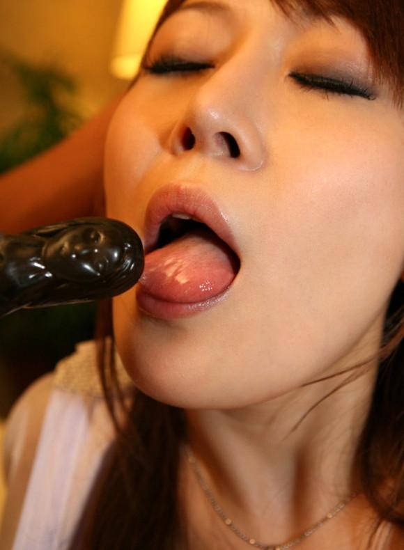 【バイブフェラエロ画像】美味しそうにしゃぶしゃぶしたバイブ、次はどうする? 14