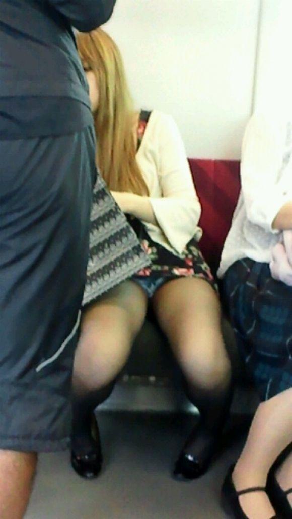 【電車パンチラエロ画像】向かいの席の女性のスカートの中が見えるように背をかがんでしまうのはオレだけか? 01