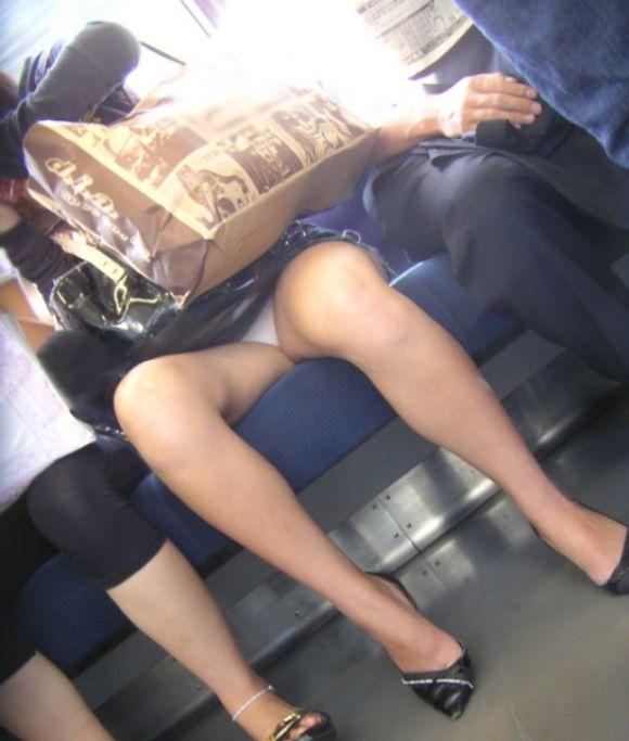 【電車パンチラエロ画像】向かいの席の女性のスカートの中が見えるように背をかがんでしまうのはオレだけか? 02