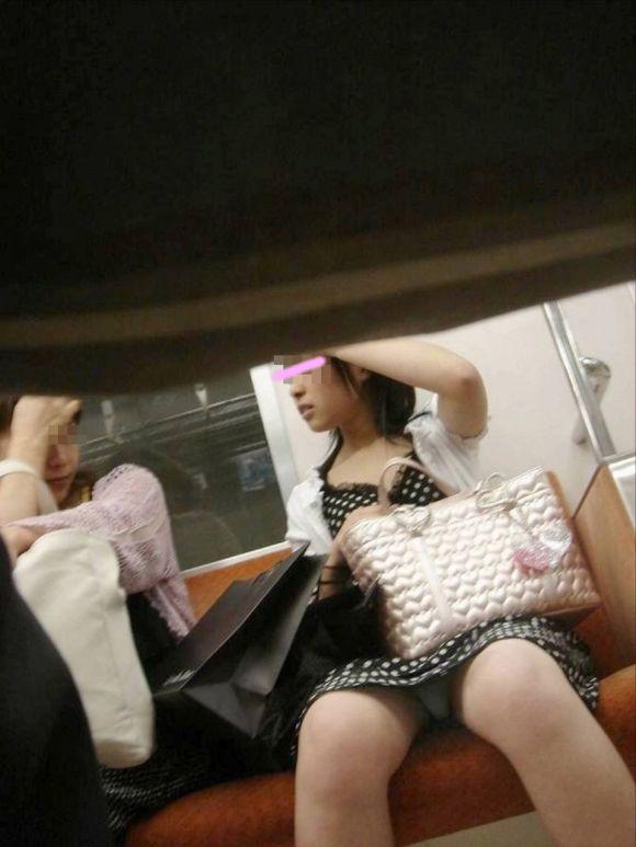 【電車パンチラエロ画像】向かいの席の女性のスカートの中が見えるように背をかがんでしまうのはオレだけか? 03